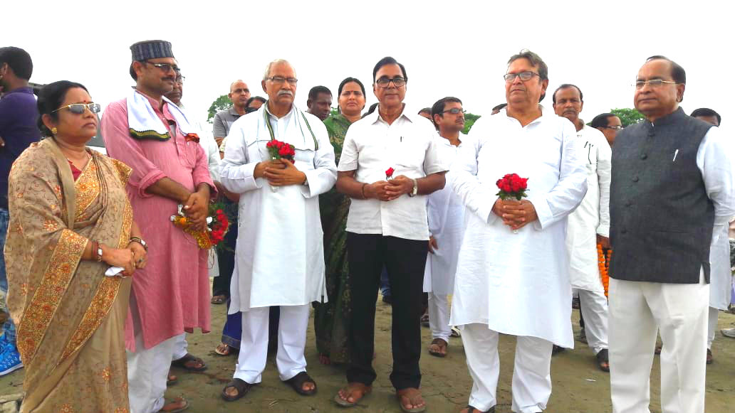 Senior Leader of JDU Dr.Bhupendra Madhepuri along with MLC Lalan Sarraf, Ex-MLA Manidra Kumar Mandal alias Ohm Babu, Ex-Minister & MLA Narendra Nr.Yadav , Distruct Board Chairman Smt.Manju Devi & others waiting to greet the CM of Bihar Shri Nitish Kumar, Energy Minister Shri Bijendra Prasad Yadav & others at Murho-Helipad.