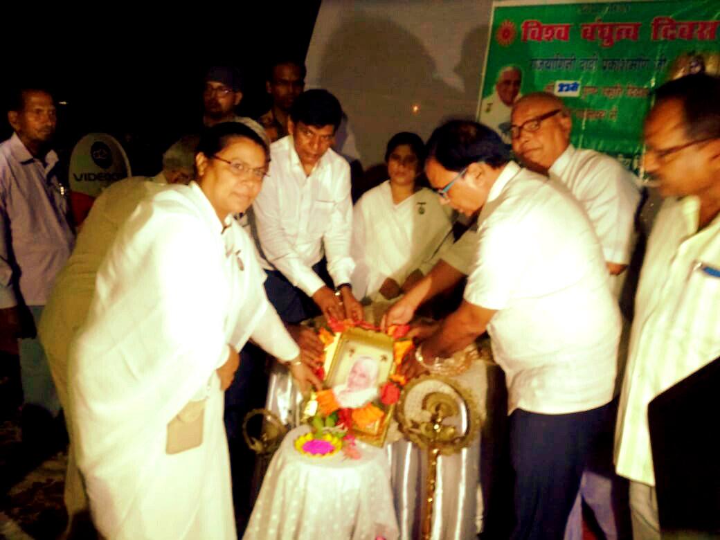 Chief Guest Dr.Madhepuri along with Brahmakumari Rajyogini Ranju Didi , Shri Dinesh Sharraf, Dr.Arun Kumar, Dr.N.K.Nirala, PM Shri Rajesh Kumar & others paying floral tribute to Dadi Prakashmani on her 11th Death Anniversary at Brahmakumari Ishwariya Vishwavidyalaya Madhepura Branch.