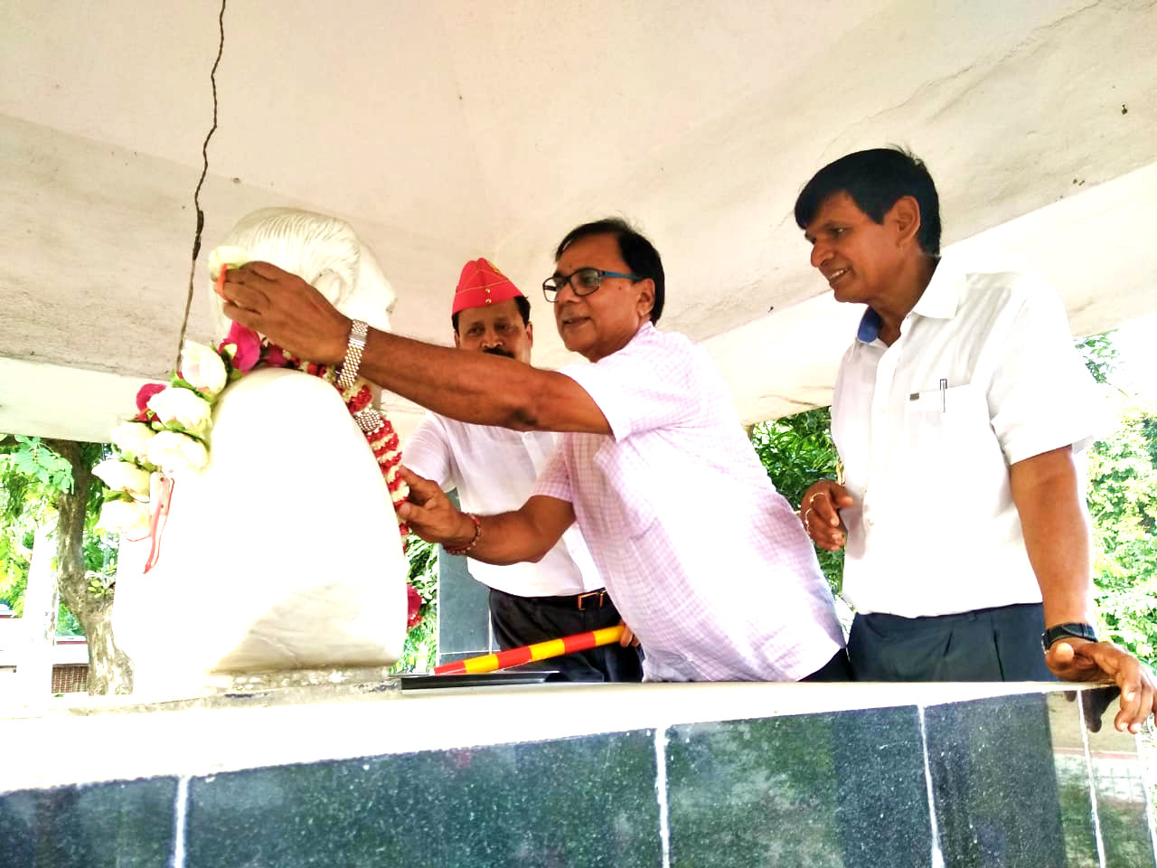 Samajsevi Dr.Madhepuri with Registrar Colonel Neeraj & Dr.Arun Kumar (H.O.D. Zoology P.G.) paying tribute to the statue of Dr.M.P.Yadav , the former V.C. of B.N.M.U. in the University Campus, Madhepura.