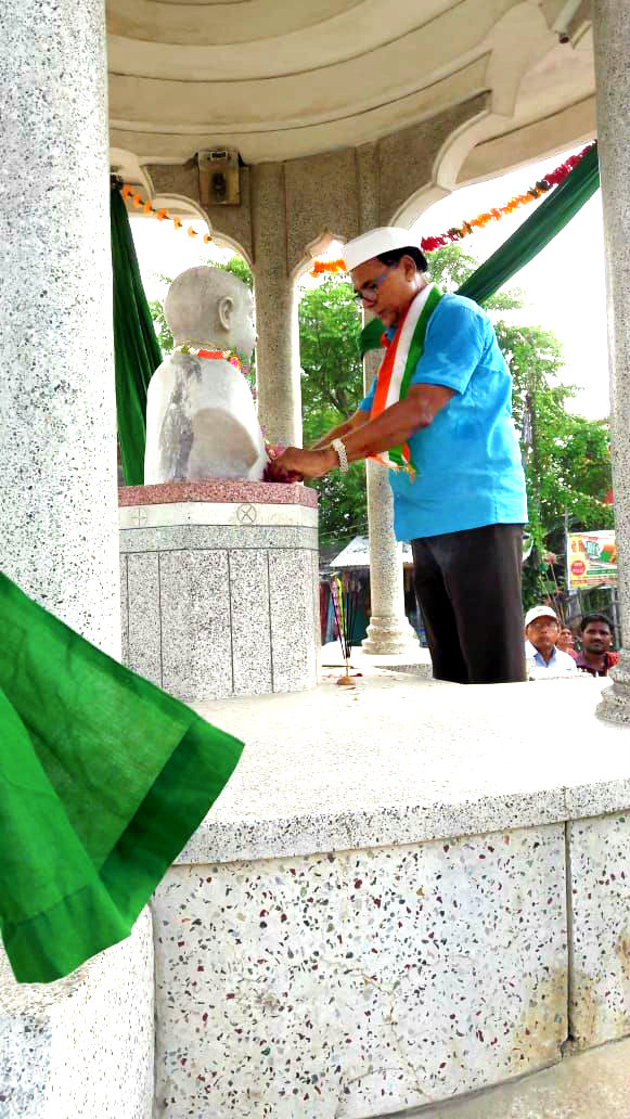 Dr.Madhepuri paying honour to the Freedom Fighter Bhupendra Narayan Mandal on the occasion of the 72nd Independence Day at B.N. Mandal Chowk, Madhepura.