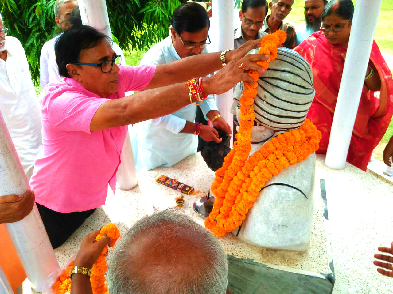 Samajsevi Dr.Bhupendra Madhepuri paying floral tribute to the Great Freedom Fighter Babu Rasbihari Lal Mandal along with Dr.A.K.Mandal, Prof.Prabhash Kumar Yadav, HM & Former HM, School Teachers at the campus of Rasbihari High School, Madhepura.