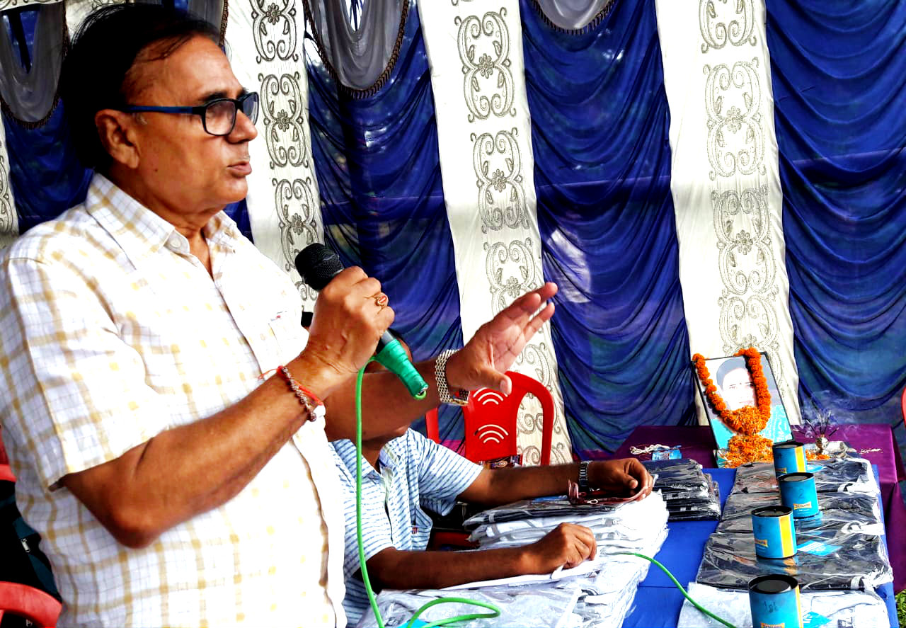 Educationist Dr.B.N.Yadav Madhepuri addressing the inaugural meeting of Gitanjali Memorial Mairathan Road Race.