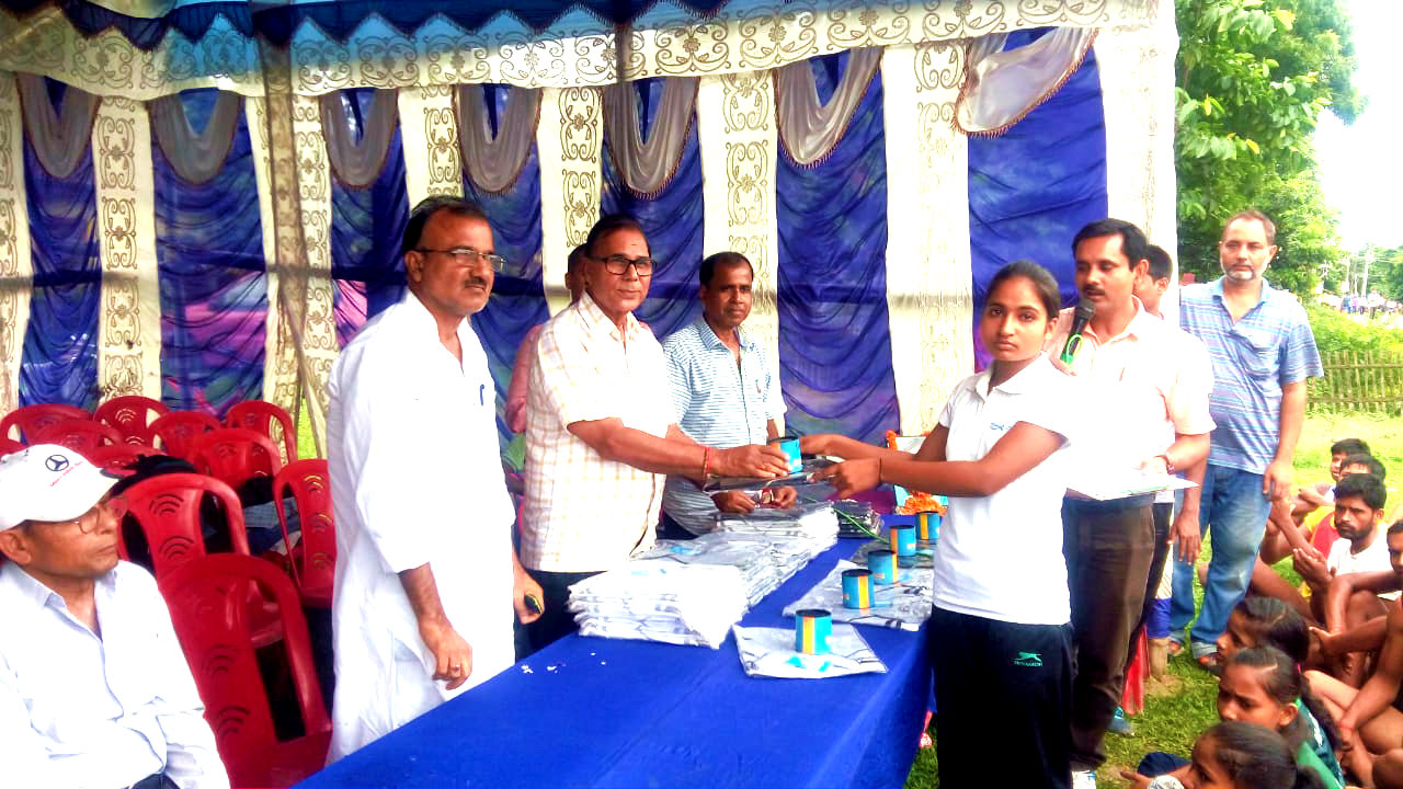 Dr.Madhepuri giving the 1st Prize to Miss Shiromani Kumari, the best performer of Balika Group in 2.5 Km Road Race.