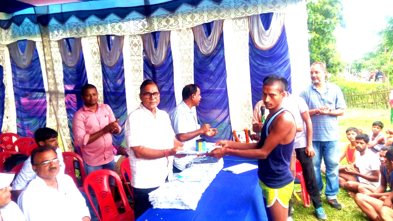 Dr.Madhepuri giving 1st Prize to the best performer of Balak Group i.e Mr.Ranjeet Kumar.