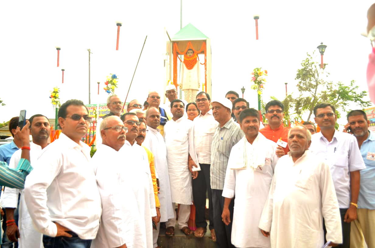 Samajsevi-Sahityakar Prof (Dr.) Bhupendra Narayan Madhepuri , SC-ST Minister Dr.(Prof) Ramesh Rishideo, Principal Shyamal Kishor Yadav & others on the occasion of the 100th Birth Anniversary of Social Scientist B.P.Mandal at B.P.Mandal Chowk near Samaharnalaya Madhepura.
