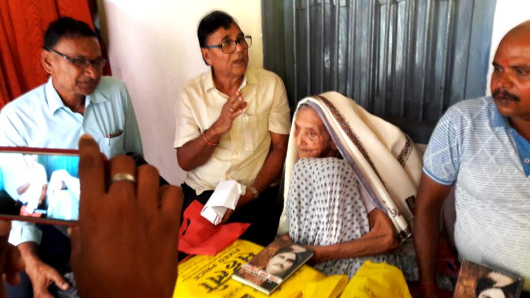 Samajsevi Dr.Bhupendra Narayan Yadav Madhepuri paying honour to Smt.Bechani Devi (Wife of Shahid Bhola Thakur) with Angvastram & Shawl etc along with a Krantikari Book