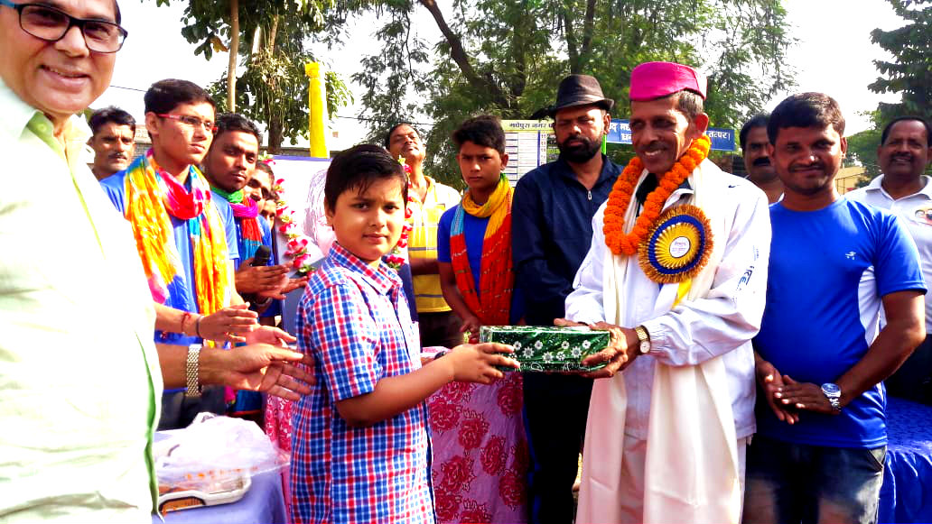 Dr. Madhepuri's grandson Aditya giving a pretty gift to his honourable Khelguru Shri Sant Kumar in presence of Dhyani Yadav, Dr.N.K.Nirala, Vikas Kumar & others at Dr.APJ Abdul Kalam Park, Madhepura.