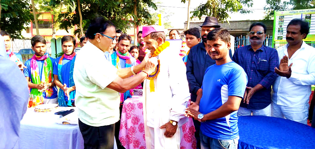 Samajsevi Dr.Bhupendra Madhepuri paying honour to Khel Guru Sant Kumar for his incredible contribution to sports in presence of Vice-Chairman Ashok Kumar Yaduvanshi , Social Activist Dhyani Yadav, Vikash Yojna Member Md.Israr Ahmad, Vikas Kumar & others on the occasion of the 88th Jayanti Samaroh of Dr.APJ Abdul Kalam at Dr.Kalam Park, Madhepura.