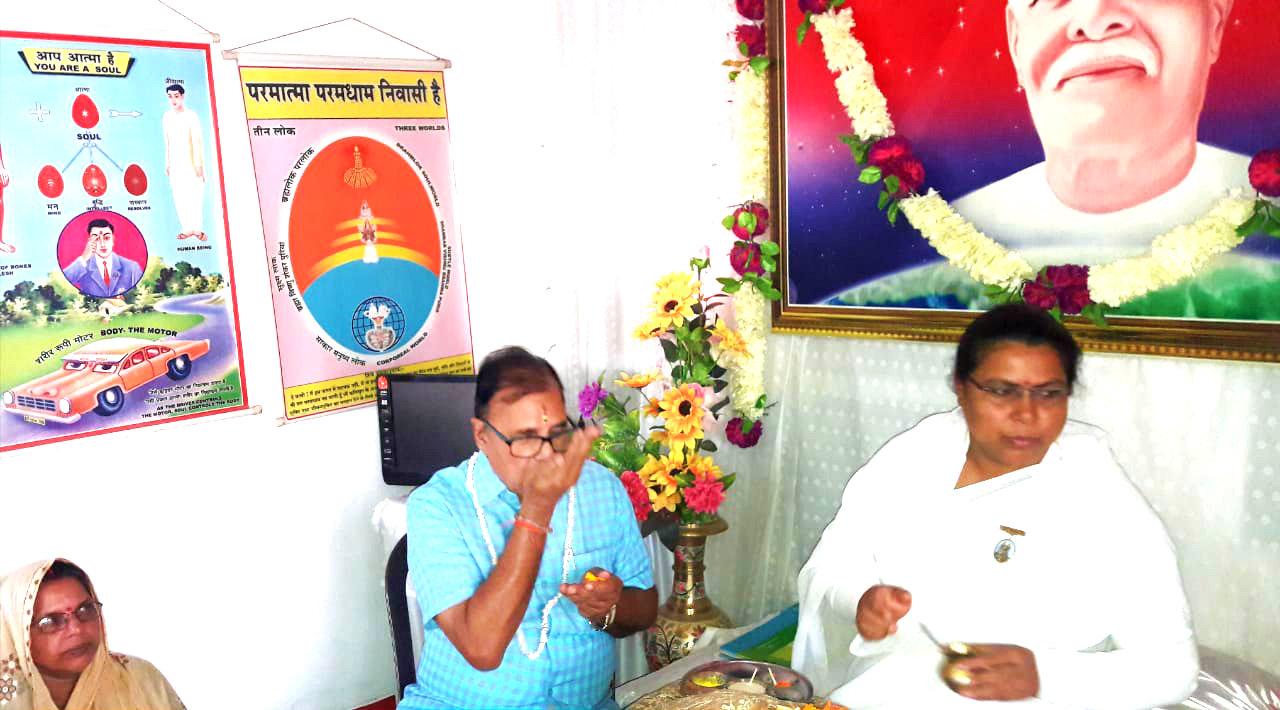 Dr.Madhepuri taking Charnamrit from Rajyogini Ranju Didi on the occasion of Bhaiya Doose.