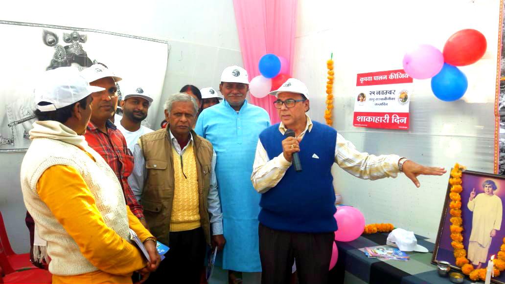 Samajsevi Sahityakar Dr. Madhepuri as the chief guest of Sadhu TL Vaswani Jayanti Samaroh giving message to the huge gathering....''Sher bano, Kutta kabhi na banana
