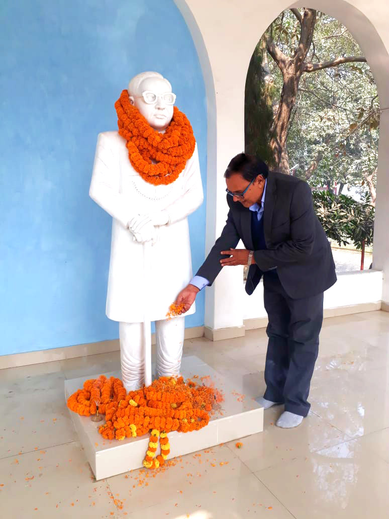 Samajsevi Sahityakar Dr.B.N.Yadav Madhepuri paying tribute to Dr.B.R.Ambedkar's statue on the occasion of his Punya Tithi at the Collectorate Campus, Madhepura.