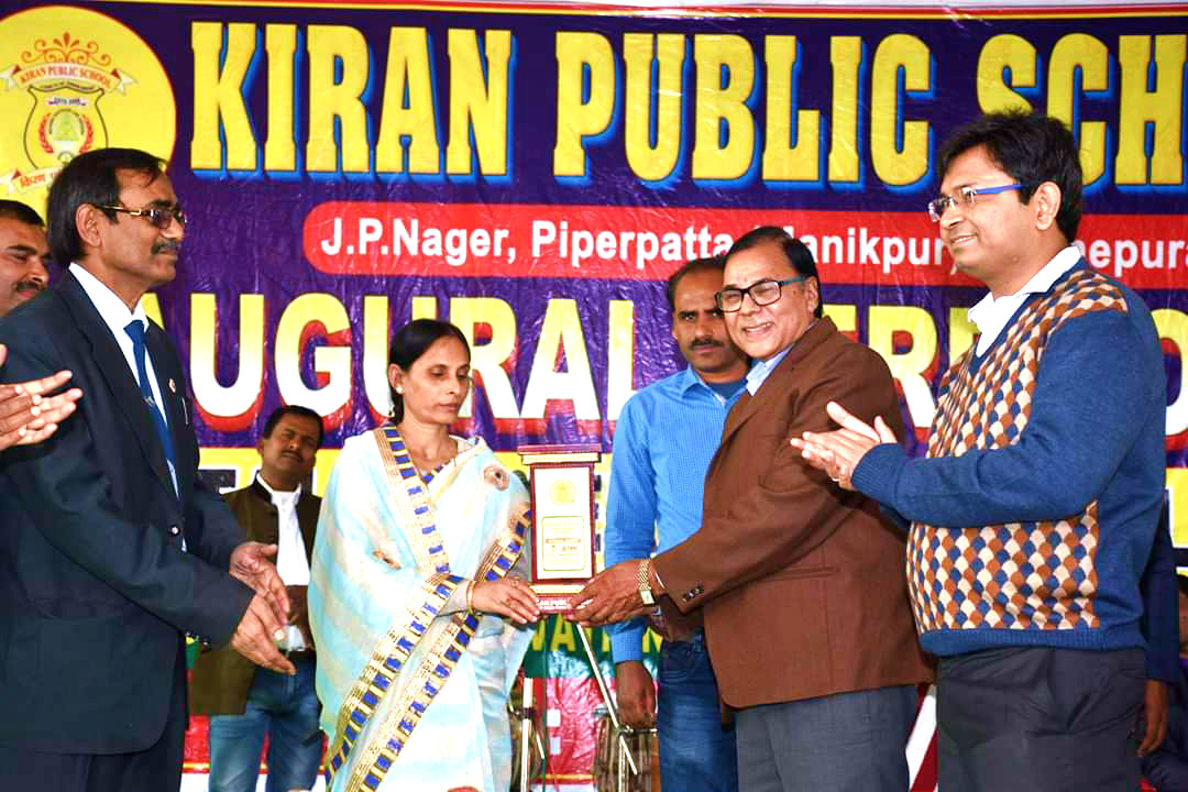 Samajsevi-Sahityakar Dr.Bhupendra Narayan Madhepuri receiving Momento as Guest of Honour by KPS Directors Smt.Kiran Prakash in presence of Pro.VC Dr.Farooque Ali, DM Shri Navdeep Shukla (IAS) with graceful clapping.