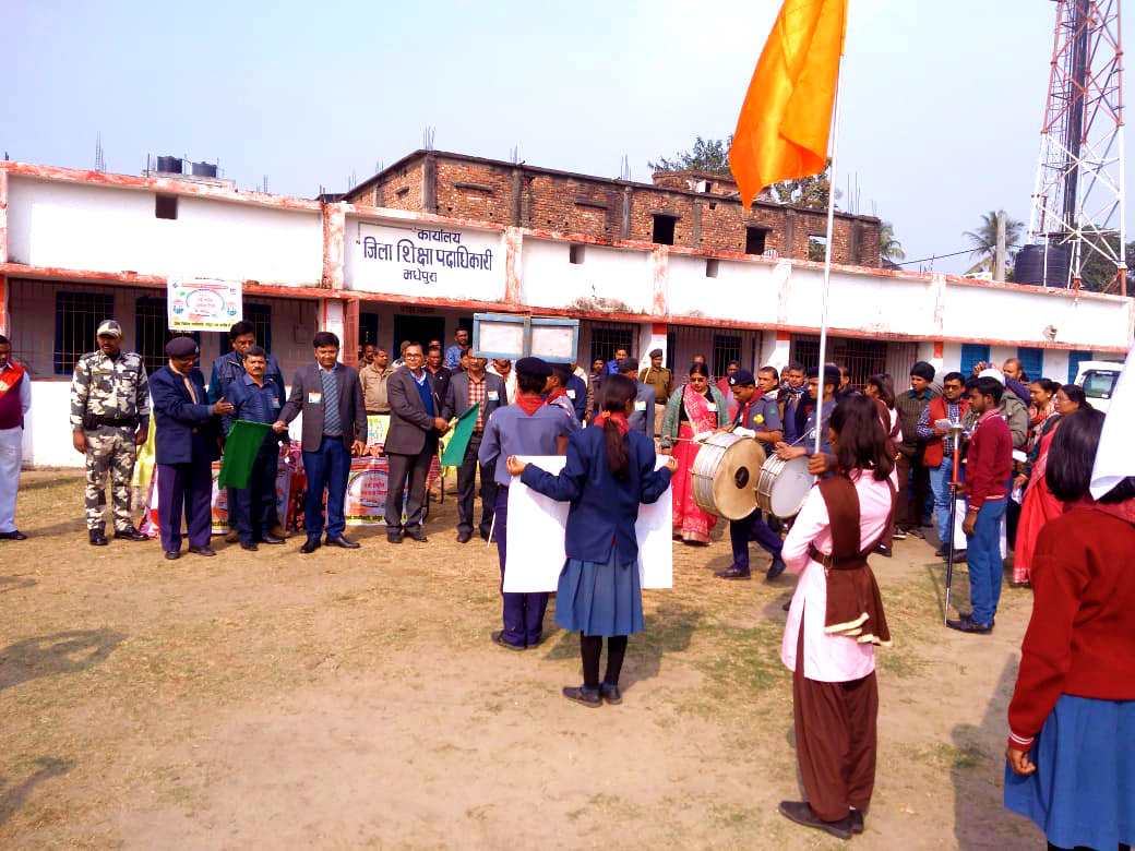 Dr.Madhepuri along with Energetic DM Navdeep Shukla (IAS) & DEO Yugresh Prasad Mandal and others showing green flags to Scout & Guide Students on the occassion of Matdata Diwas at Madhepura.