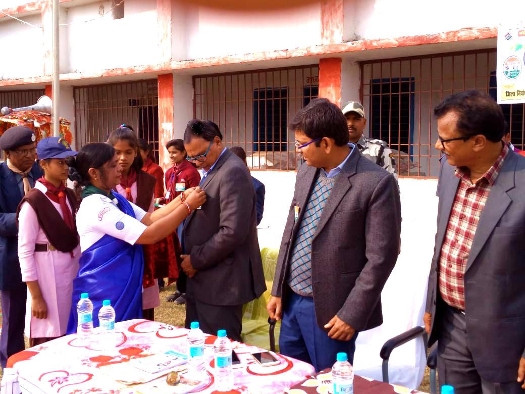 DM Navdeep Shukla, DEO Ugrash Prasad Mandal, Scout & Guide Ayukta Jai Krishna Yadav and all are looking towards Dr.Madhepuri so seriously.