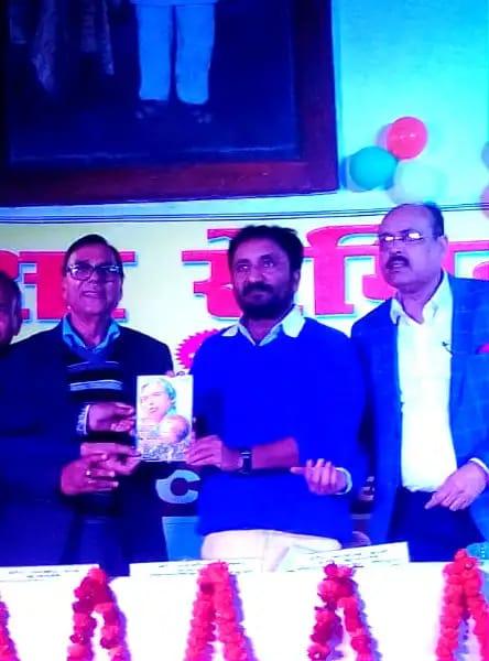 Dr.Madhepuri presenting his book