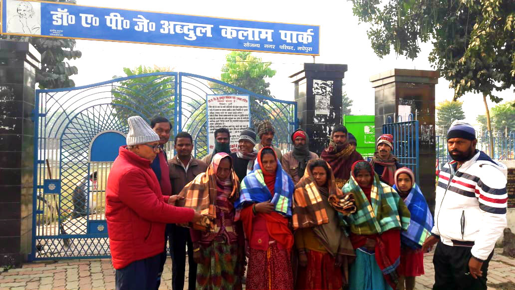 Dr.Madhepuri under the banner of TNB Trust distributing blankets in front of Dr.APJ Abdul Kalam Park in presence of local people.