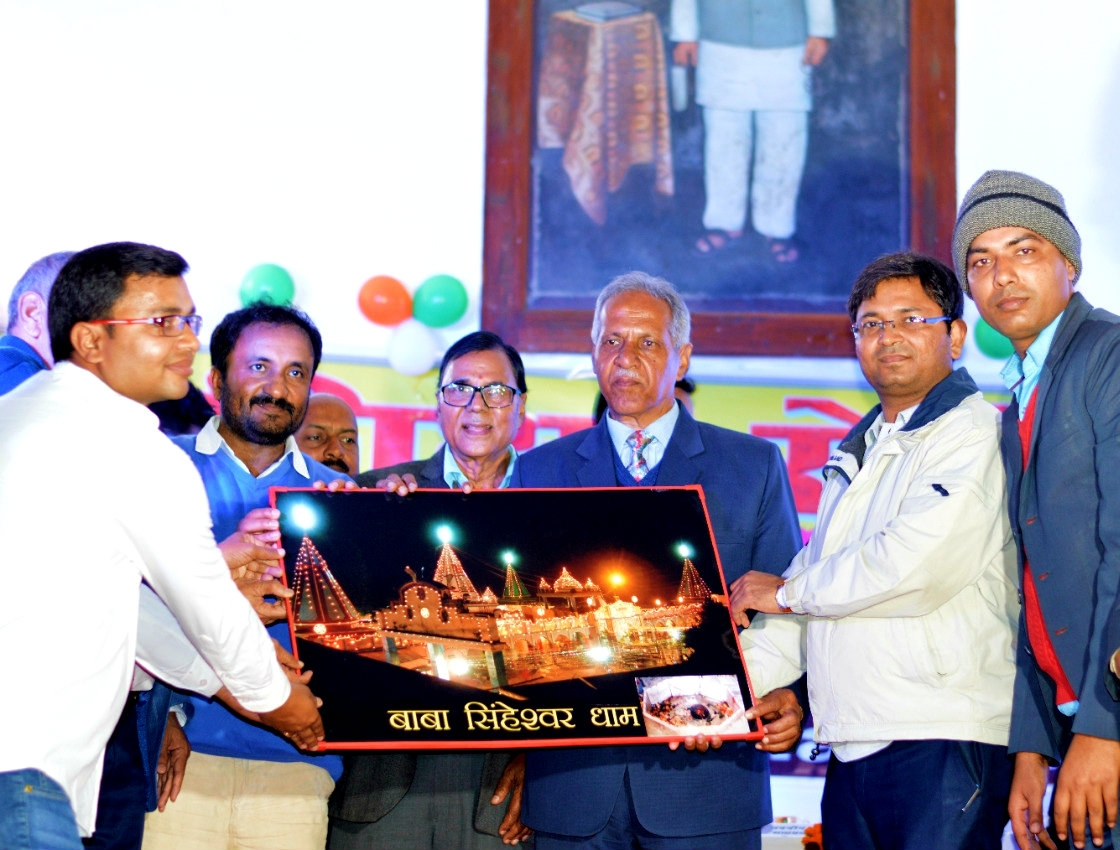 Dr.Madhepuri along with Honorable Vice-Chancellor Dr.Awadh Kishor Roy, D.M. Navdeep Shukla (IAS) & others presenting momento of Baba Singheswar Dham to the founder of Super-30 Anand Kumar at BNMU Auditorium Madhepura.
