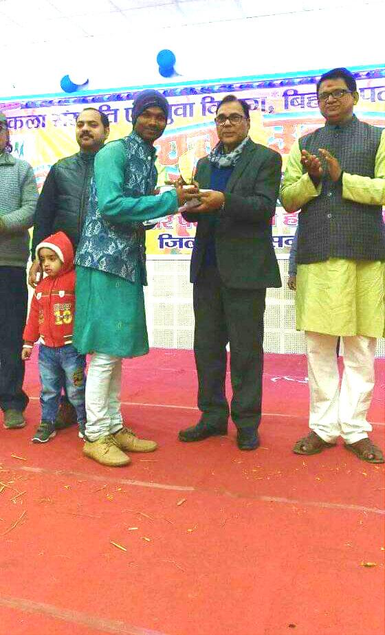 Yuva Utsav-2018 Co-ordinator Dr.Madhepuri giving momento to the best performer in presence of ADM Upendra Kumar, NDC Rajneesh Kumar & others.