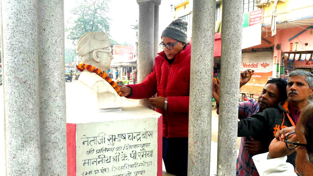 Dr.Madhepuri along with a teacher Shatrughan Bhagat & others paying honour to Netaji Subhash Chandra Bose at Subhash Chowk Madhepura.