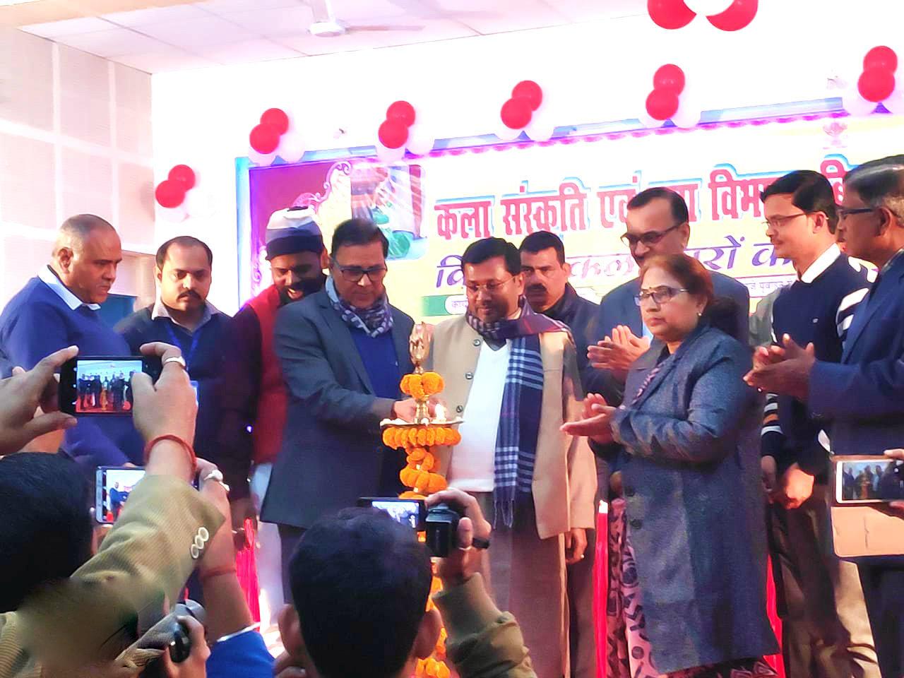 Dr.Madhepuri along with SC-ST Minister Dr.Ramesh Rishidev, ADM Shiv Kumar Shaiv, DDC Mukesh Kumar, NDC Rajnesh Kumar Roy, Dr.Shanti Yadav & others attending the inaugural function of Yuva Utsav organised by Kala, Sanskrit & Yuva Vibhag of Bihar Govt. at Bhupendra Kala Bhawan.