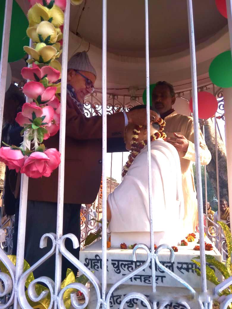 Dr.Madhepuri paying tribute to Shahid Chulhai's statue at Manhara-Shukhasan Chowk.