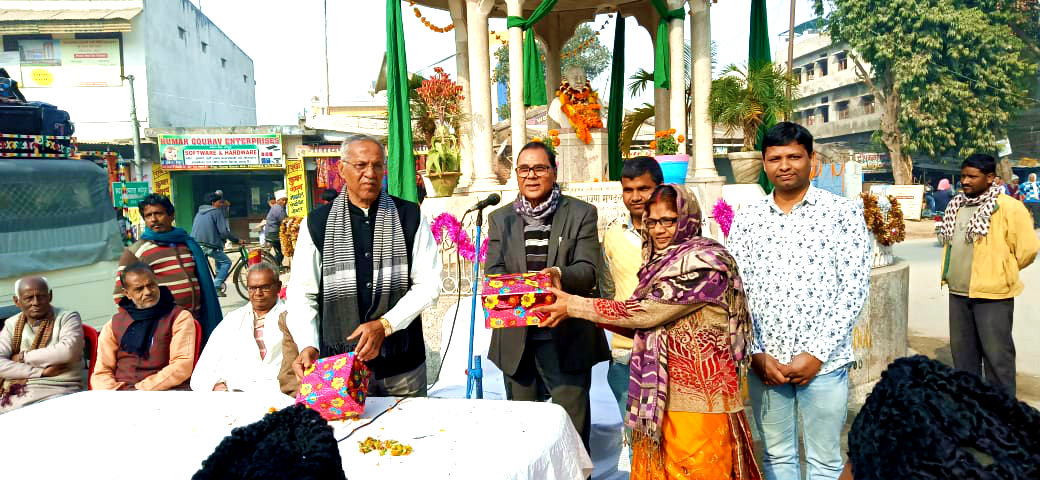 Dr.Madhepuri along with VC Dr.A.K.Ray giving honour to HM of Adhiklal Middle School at Bhupendra Chowk.