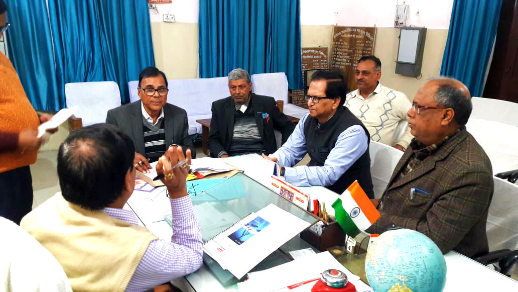 Rogee Kalyan Samiti Member Dr.B.N.Yadav Madhepuri discusing with Civil Surgeon Dr.Shailendra Kumar in presence of other members Dr.Sachchidanand Yadav, Dr.D.P.Gupta, G.P.Abdul Kalam, Urmila Agrawal, Dr.Ranjna Kumari & others in the meeting  held at Sadar Hospital Madhepura.