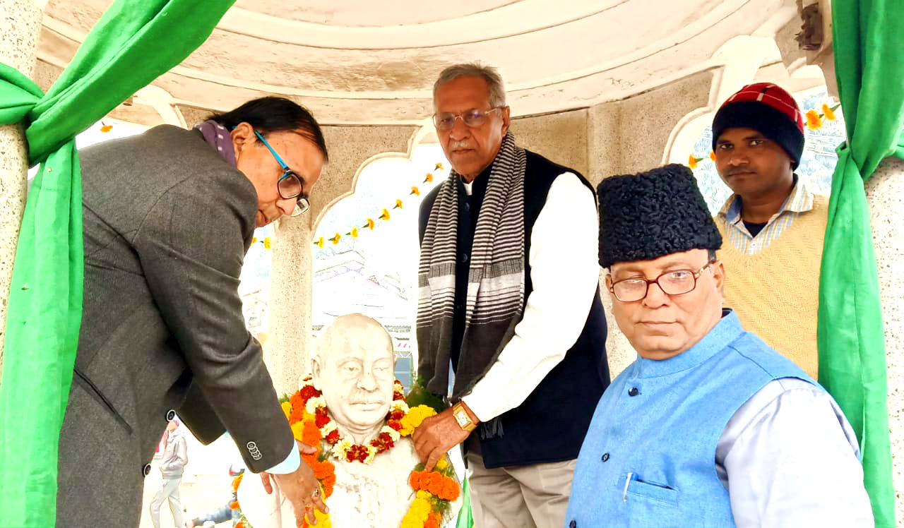 First of all the Honourable Vice-Chancellor Dr.A.K.Roy garlanding the statue of B.N.Mandal along with the former controller of Exam (BNMU) Dr.B.N.Yadav Madhepuri at Bhupendra Chowk, Madhepura.