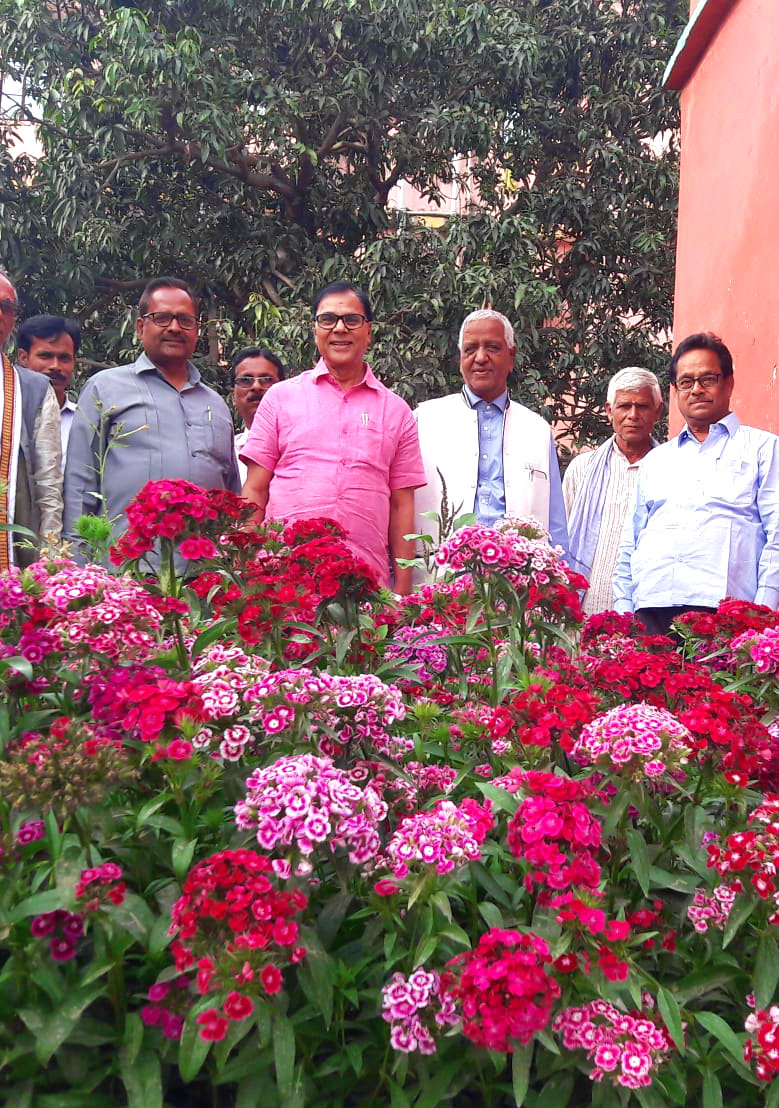Dr.Madhepuri , Prof.S.K.Yadav, Dr.TPC, Dr.K.P.Yadav, Dr.N.K.Nirala & others enjoying at flower garden of T.P.College.