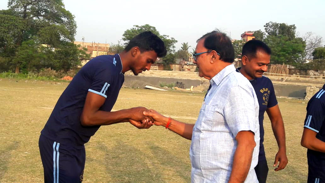 Dr.Madhepuri wishing the player for his best perfromance.