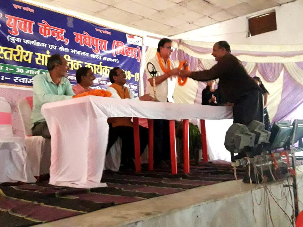 Dr.Madhepuri is being honoured by Treasurer Satya Narayan Yadav of Nehru Yuva Kendra Madhepura at BP Mandal Nagar Bhawan, Shahid Chulhai Marg, Madhepura.