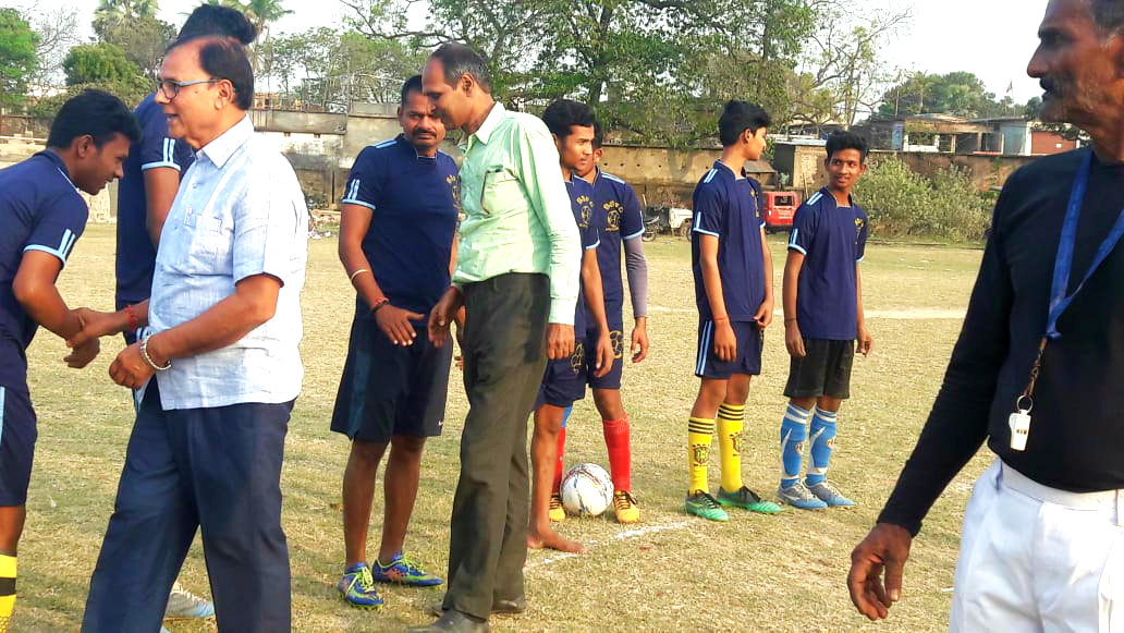 Dr.Madhepuri & Nehru Yuva Kendra Co-ordinator Mr.Gupta incouraging the players of both the teams.