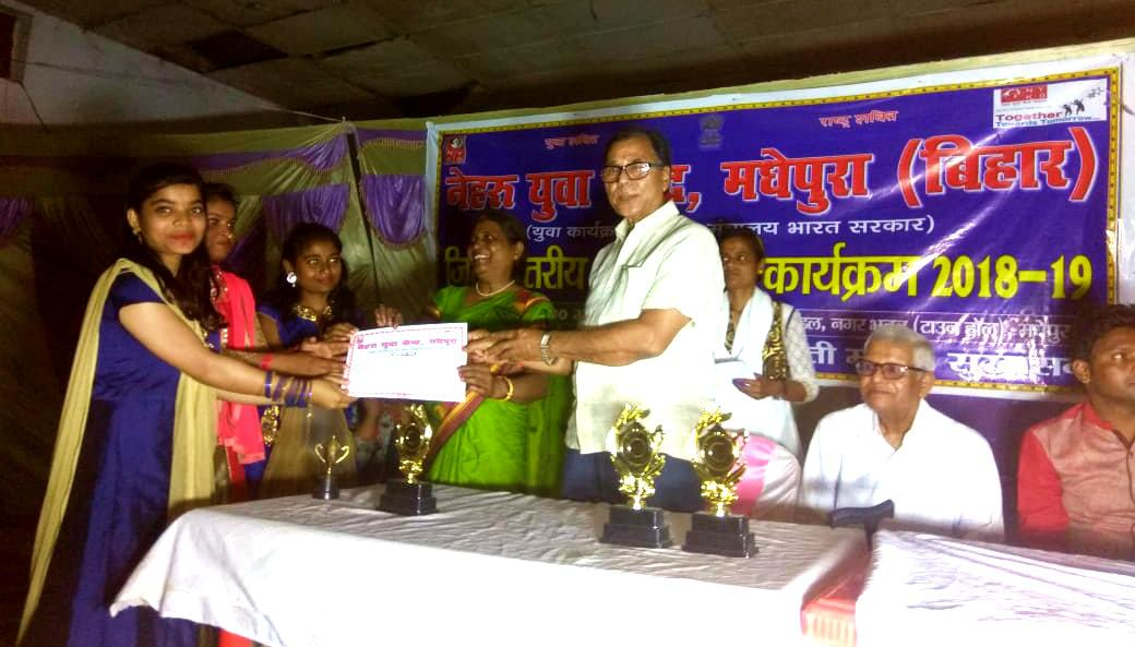 Dr.Madhepuri along with Prof.Reeta Kumari giving certificate to a girl participant to encourage her.
