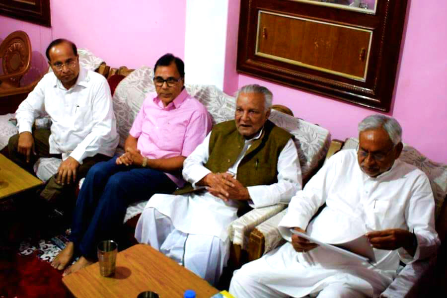 Samajsevi Sahityakar Dr.Bhupendra Narayan Madhepuri having good time with Honourable Chief Minister of Bihar Shri Nitish Kumar engaged in viewing the people's welfare works compiled by Media Cell Pradesh Adhyaksh Dr.Amardeep along with Former Member of Parliament Dr.R.K.Yadav Ravi and MLC Shri Lalan Sarraf at Chatra Kothi, Madhepura.