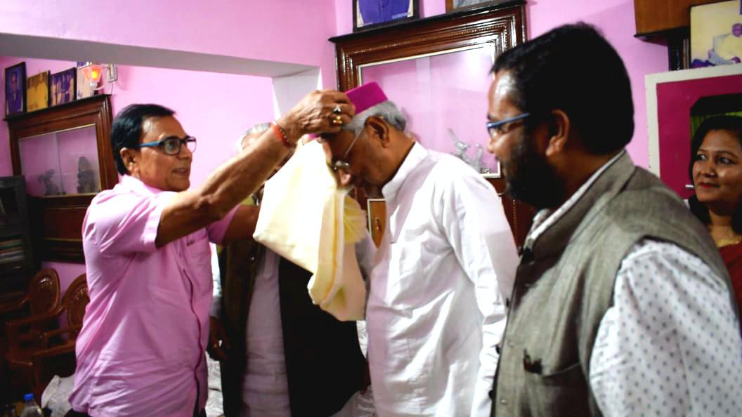 Chief Minister Shri Nitish Kumar is being honoured by Samajsevi Dr.Bhupendra Madhepuri.