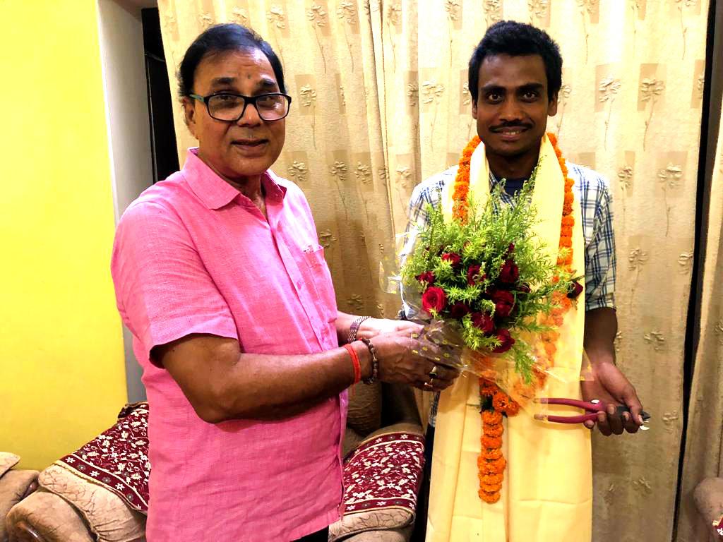 Samajsevi Dr.Bhupendra Madhepuri celebrating International Majdoor Diwas (On 1st May) giving Angvastram & Bouquet along with some Tools etc. to Daily wages Bijlee Majdoor Shri Pappu Kumar at Vrindavan , Madhepura.