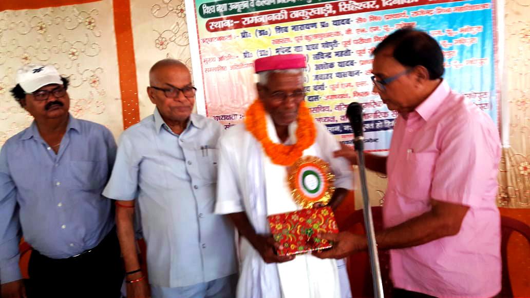 Dr.Madhepuri presenting his books- Itihas Purush Sheo Nandan Prasad Mandal and Rasbihari Lal Mandal : Paradhin Bharat Mein Swadhin Soch to Vishwa Nasha Unmullan President Shri Ganga Das.