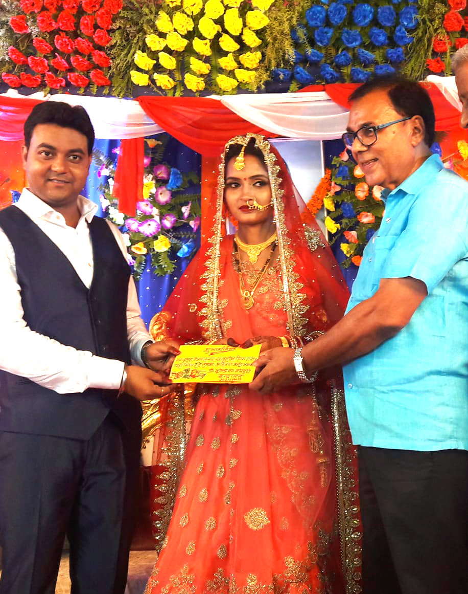 Dr.Madhepuri giving blessings to the newly wed couple (Mr.Baibhav & Mrs.Madhupriya) ie, son & daughter-in-law of former HOD Math Prof.Shailendra Kumar of BNMV.....generally called