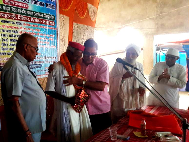 Dr.Bhupendra Madhepuri along with Principal Dr.S.N.Yadav, Vice-Chairman of Vishwa Nasha Unmullan Shri Sukhdeo Das & others encouraging Ganga Babu to achieve his goal of (V.N.U.) Vishwa Nasha Unmullan.