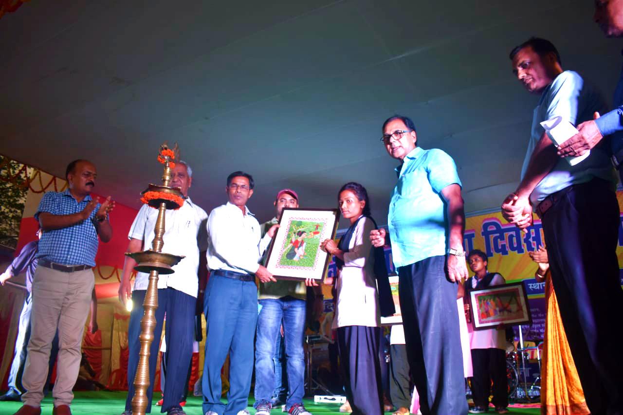 Dr.Madhepuri along with DDC Vinod Kumar Singh Showing the Bhitti Chitra Kala Painting of Aadiwasi Kalakar to audience in presence of their trainer Sanjay Kumar, Prof.S.K.Yadav, SDM Vrindalal, Dr.Ranjan & others.