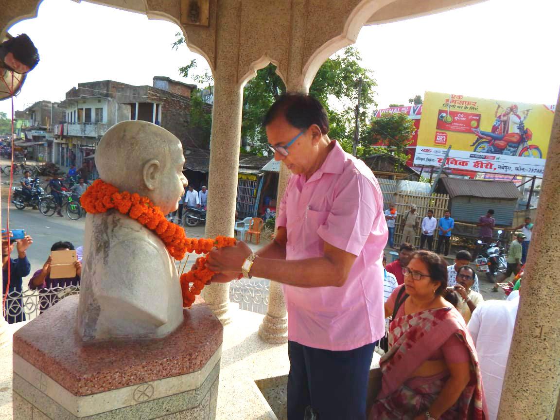 Samajsevi Dr.Madhepuri and Vidushi Dr.Shanti Yadav attending Malayarpan Samaroh at Bhupendra Chowk Pratima Asthal on the occasion of the 45th Punya Tithi of Samajwadi Chintak Babu Bhupendra Narayan Mandal on 29th May.