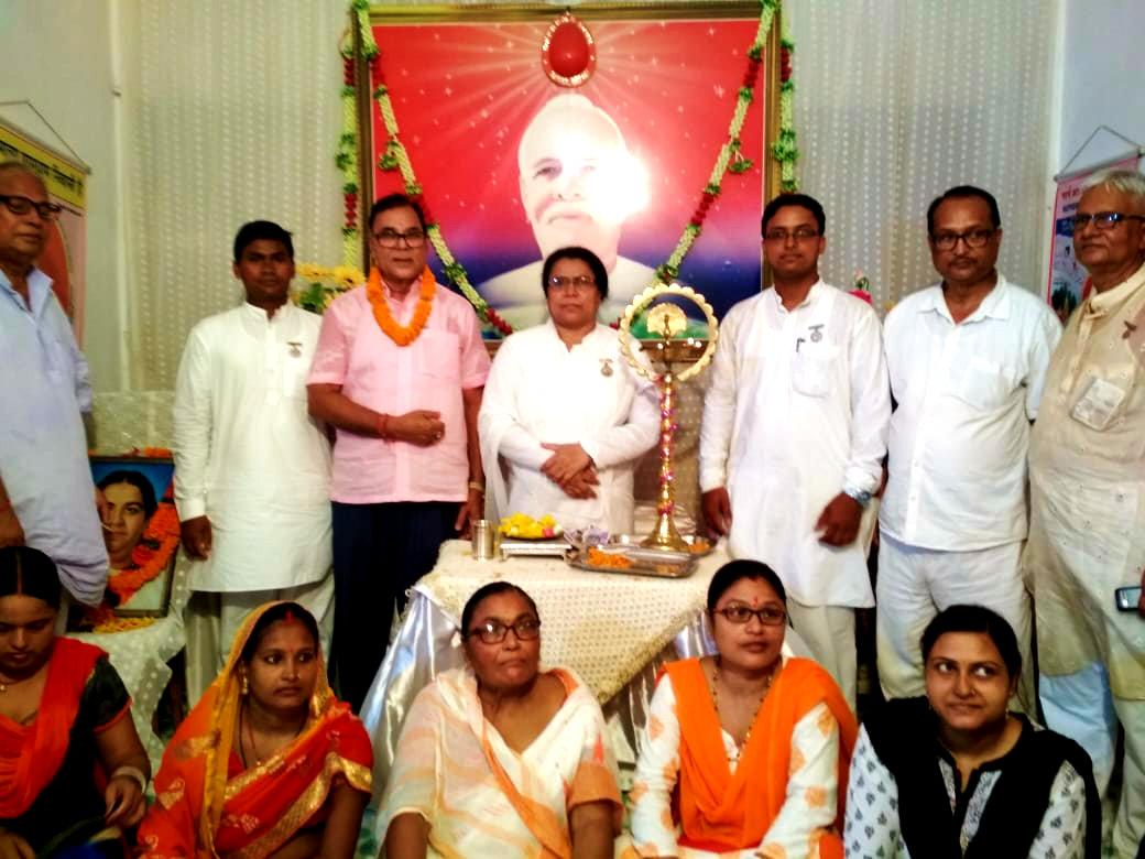 Dr.Madhepuri, BK Ranju Didi, BK Kishore, Dr.Ajay, Vinay Vardhan, Ohm Prakash & others giving 2 minutes Maun Shradhanjalee to Mata Jagdamba Saraswati on the occasion of her Punya Tithi Samaroh.