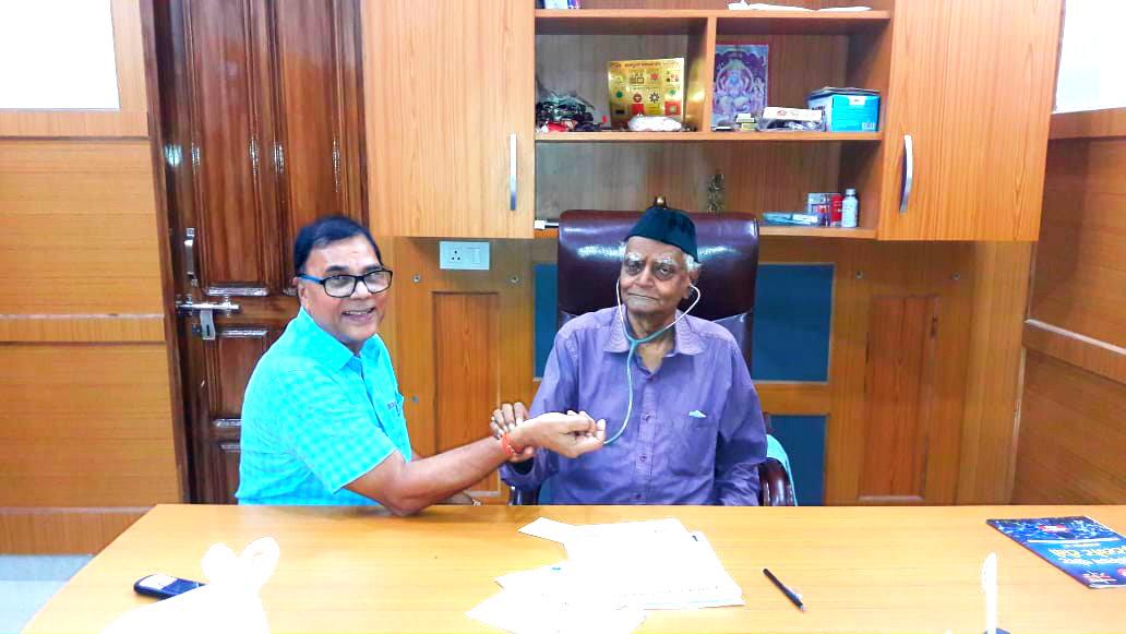 Dr.Bhupendra Narayan Madhepuri & Shri Hari Shankar Srivastav Shalabh celebrating Sunday as Funday at newly constructed Vrindavan Hospital, west Bypass Road, Madhepura.