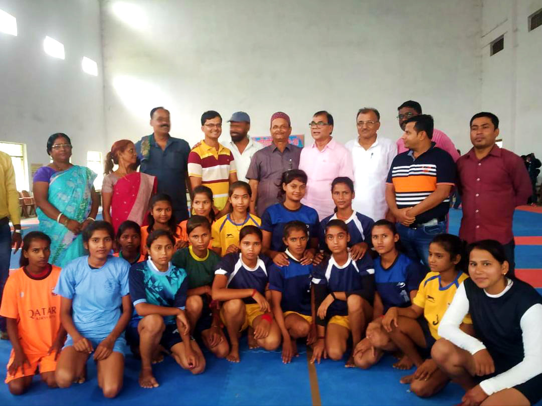 Dr.Madhepuri along with Registrar BNMU Dr.K.P.Yadav, Adhyaksh Shri Jaikant Yadav, Sachiv Shri Arun Kumar and others with Girl Players.