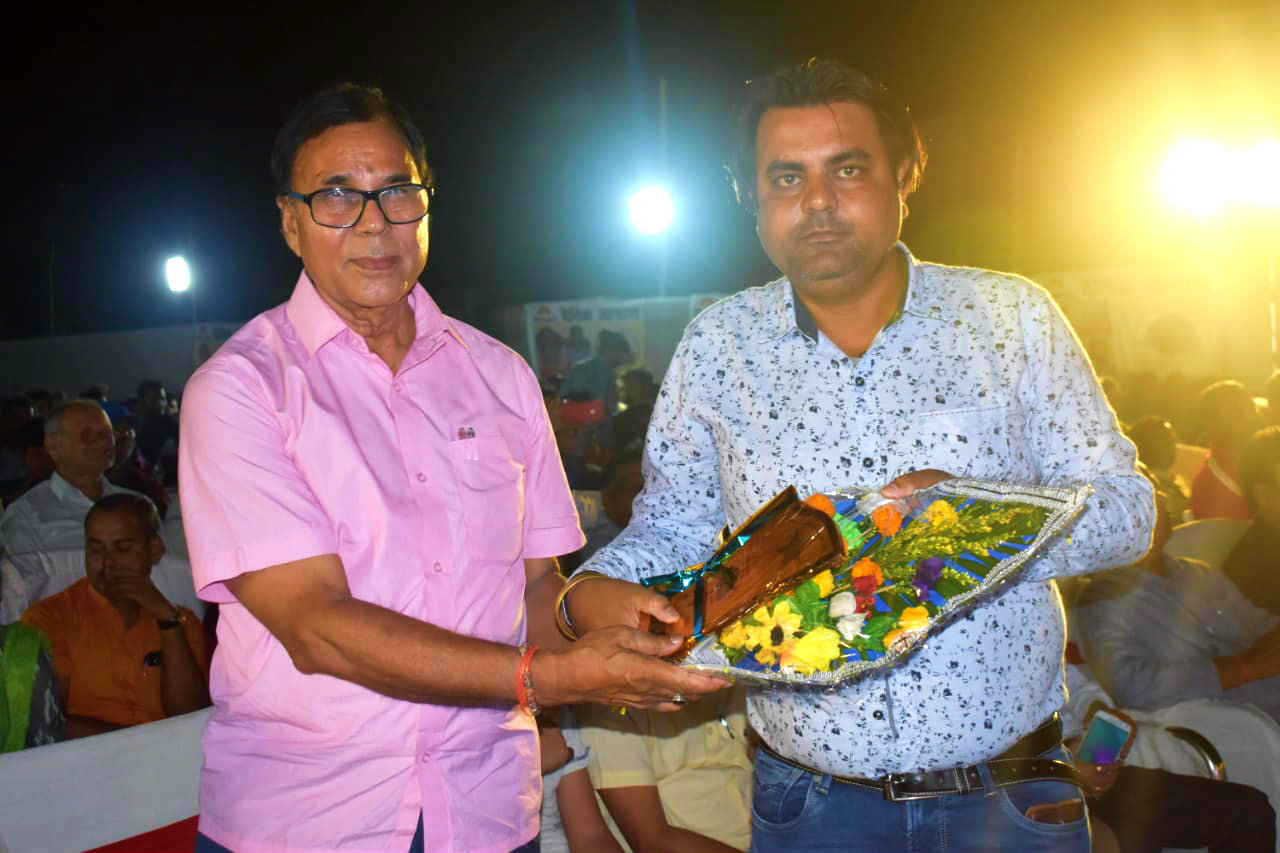 Dr.Madhepuri receiving Bouquet on the eve of Jagran Kavi Sammelan at Keshav Kanya High School Madhepura.
