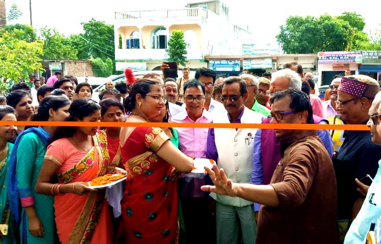 Samajsevi Dr.B.N.Yadav Madhepuri , VC Dr.Awadh Kishore Roy, Pro-VC Dr.Farooque Ali, Registrar Dr.Kapil Dev Prasad, Principal Dr.K.P.Yadav & others are ready to inaugurating Ratan Chand Dwar at T.P.College Gate on the occasion of Kirti Babu's 103rd Janmotsav.