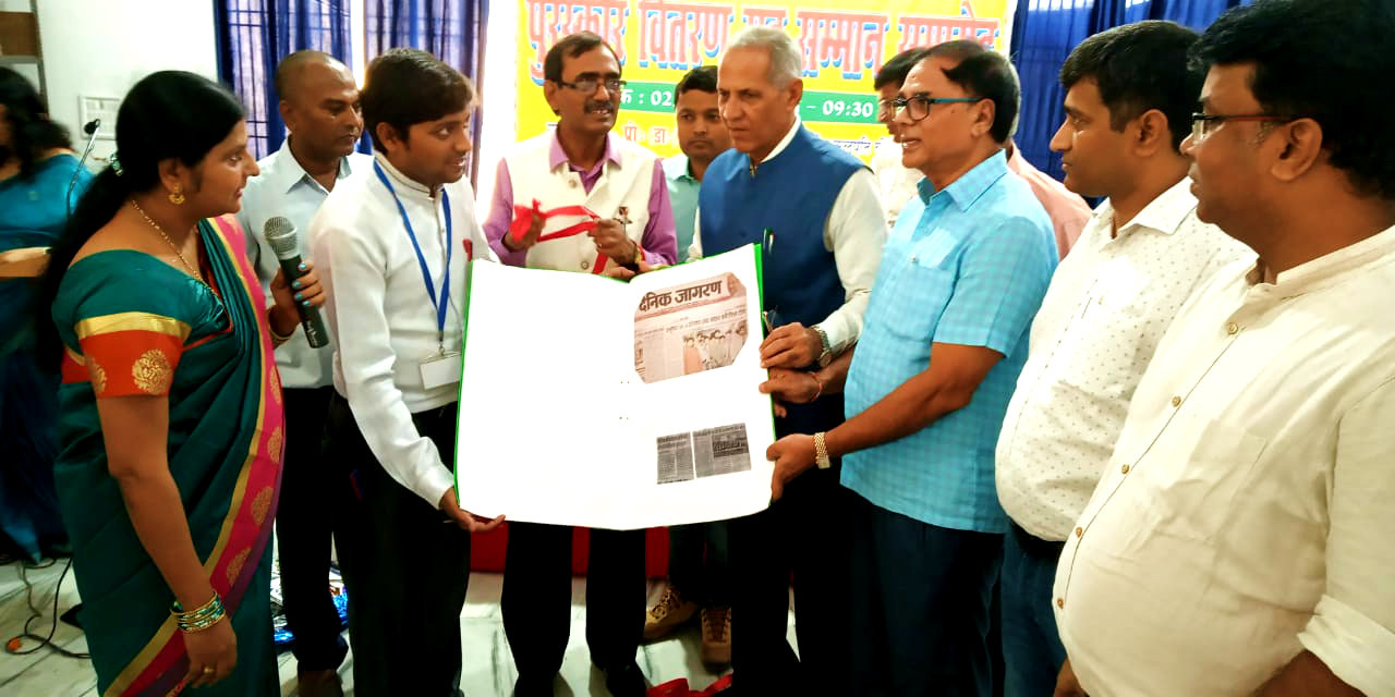 Dr.Madhepuri along with VC Dr.A.K.Roy, Pro-VC Dr.Farooque Ali, Dr.Barun Kumar, Dr.Amit Anand & all others giving thanks to Principal Dr.Vandna Kumari after seeing the Paper Cuttings which show the excellence of Holy Cross School.