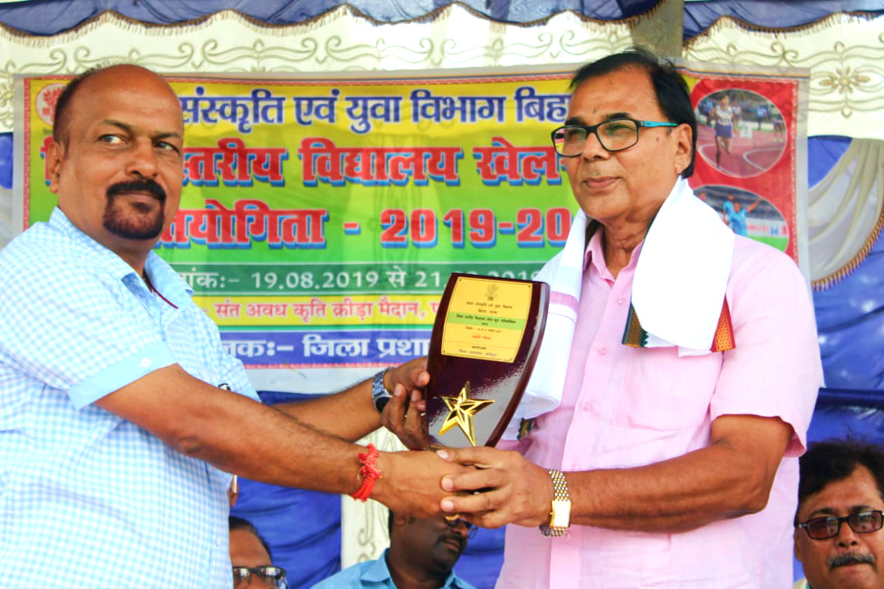 Samajsevi Dr.Madhepuri is being honoured by Madhepura SDM Shri Vrindalal  during inaugural function of District Athletic Event- 2019.