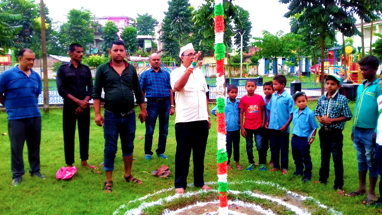 Dr.Madhepuri giving salute to National Flag at Dr.A.P.J.Abdul Kalam Park on the 15th August -2019 at Madhepura.