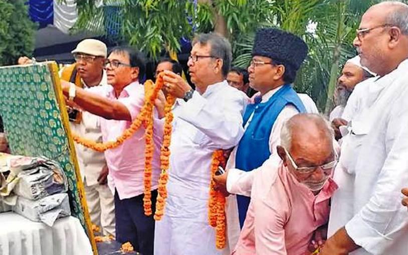 Dr.Madhepuri, Ex-MLA Manindra Kumar Mandal alias Ohm Babu & others engaged in Malayarpan Ceremony on the Tasweer of B.P.Mandal on his Samadhi at Murho.